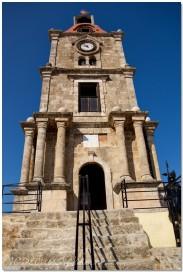 La tour de l'horloge est haute de 30m et comporte trois étages, cadeau offert par Tachti Pacha aux Turcs lors de son passage à Rhodes en 1851 et qui servit d'observatoire. Elle sonnait les heures auxquelles les Grecs étaient autorisés à entrer dans la ville